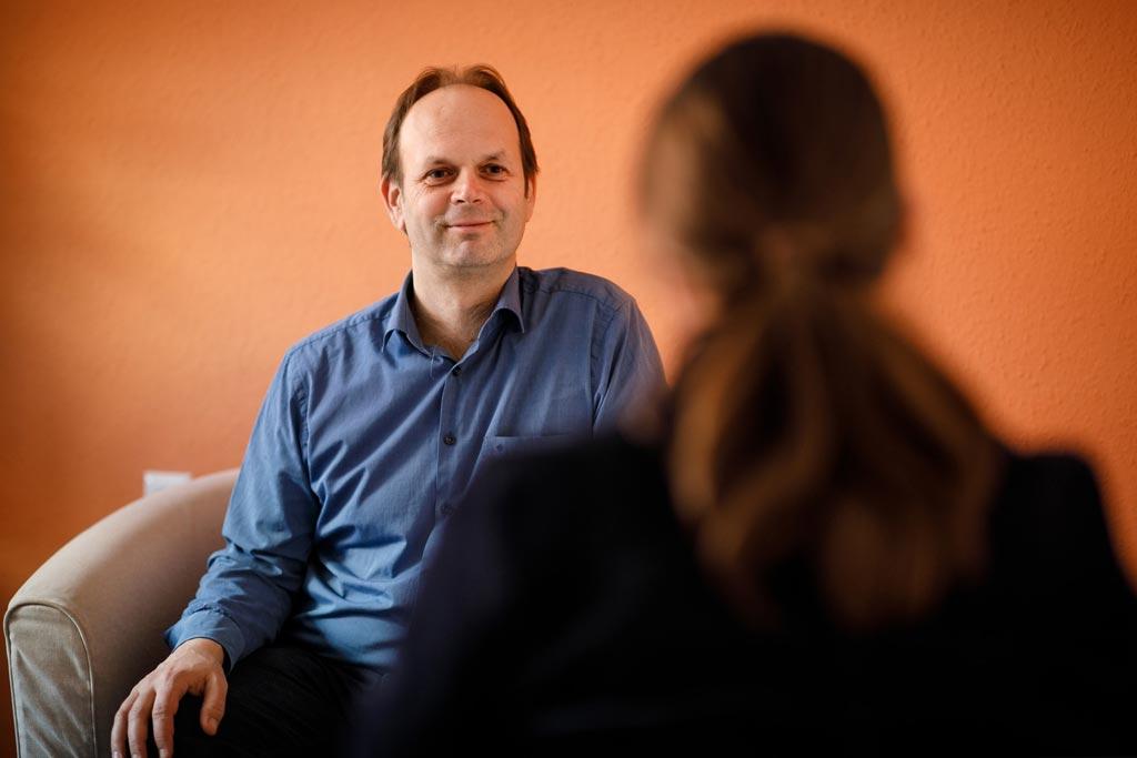 Mag. David Trallori führt ein Psychotherapeutisches Gespräch