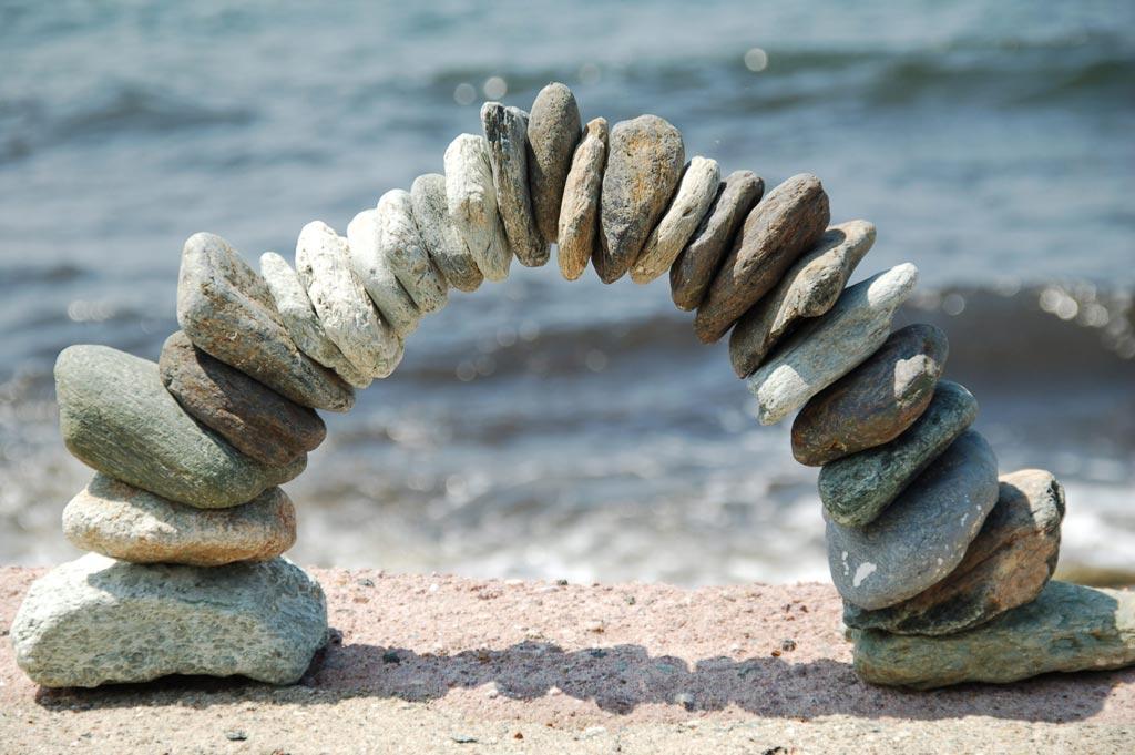 Das Bild zeigt einen Steinbogen als Symbol für den Brückenschlag in der Selbsterfahrung.